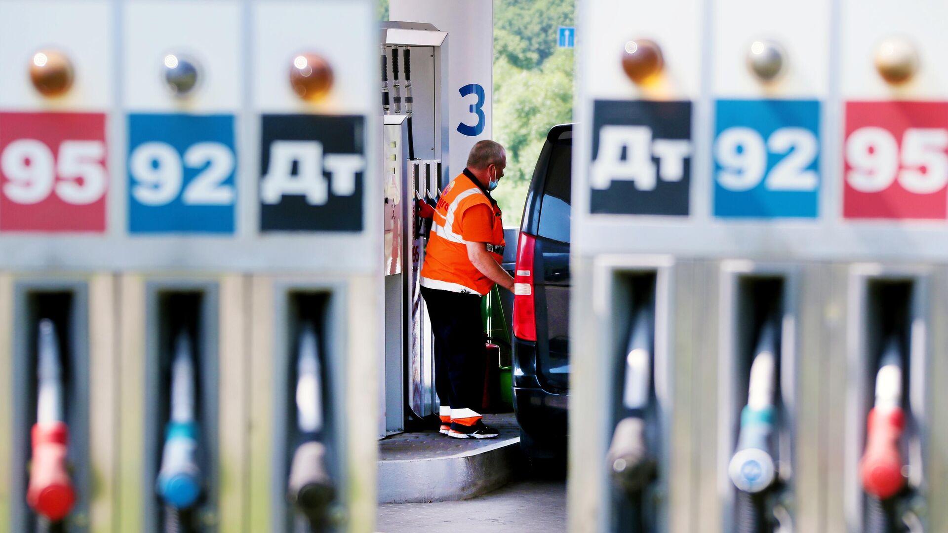 Сотрудник заправляет автомобиль на одной из автозаправочных станций Газпромнефть в Москве - РИА Новости, 1920, 04.08.2021