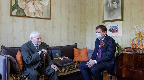 Председатель Воронежской областной думы Владимир Нетёсов поздравил с Днем Победы ветерана Великой Отечественной войны Егора Кудинова