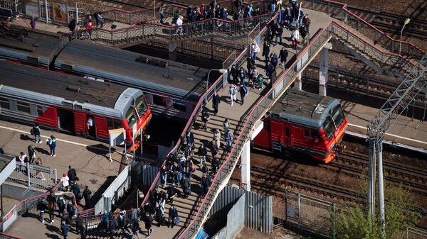 Пассажиры на станции МЖД Серп и Молот в Москве