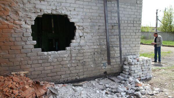 Стена насосной станции, поврежденная в результате обстрела, в Киевском районе Донецка