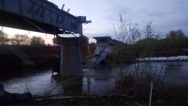 При проведении плановых ремонтных работ, произошло обрушение пролета моста через реку Салмыш в Оренбургской области