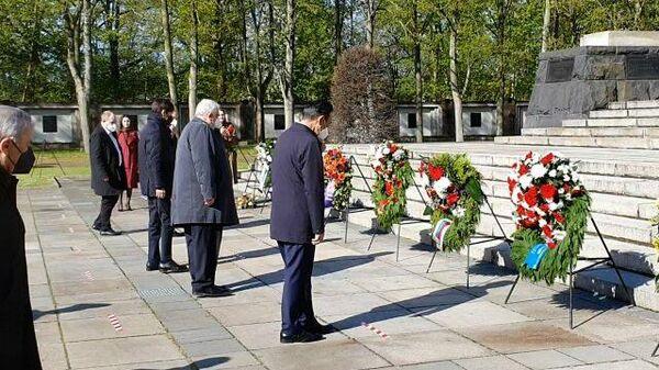 Послы России и СНГ возлагают венки на мемориале в Берлине