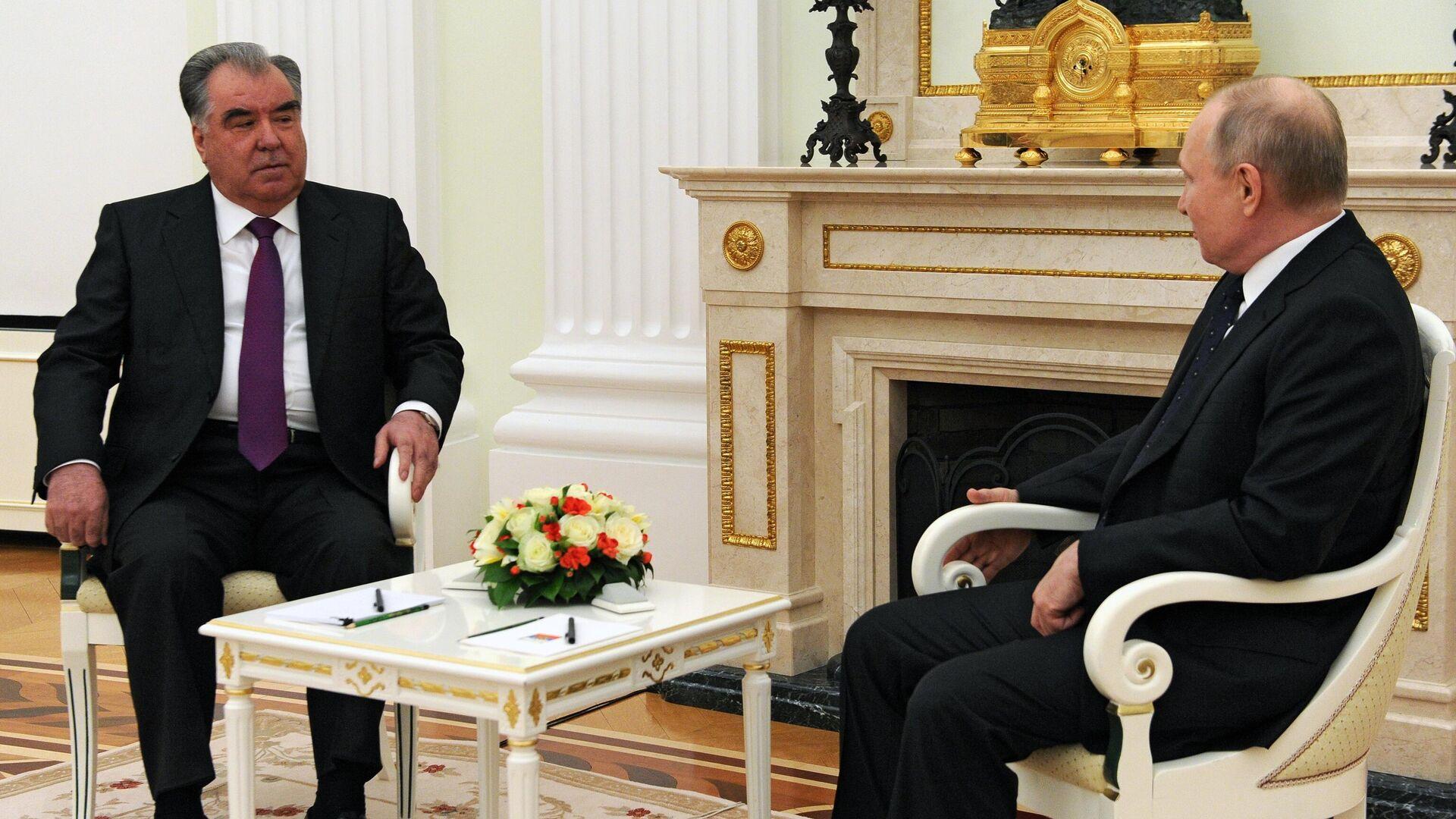 Президент РФ Владимир Путин и президент Таджикистана Эмомали Рахмон во время встречи. - РИА Новости, 1920, 08.05.2021