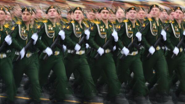 Военнослужащие ракетных войск стратегического назначения на военном параде
