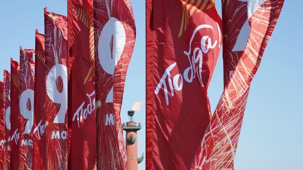 Флаги с символикой Дня Победы на Дворцовом мосту в Санкт-Петербурге