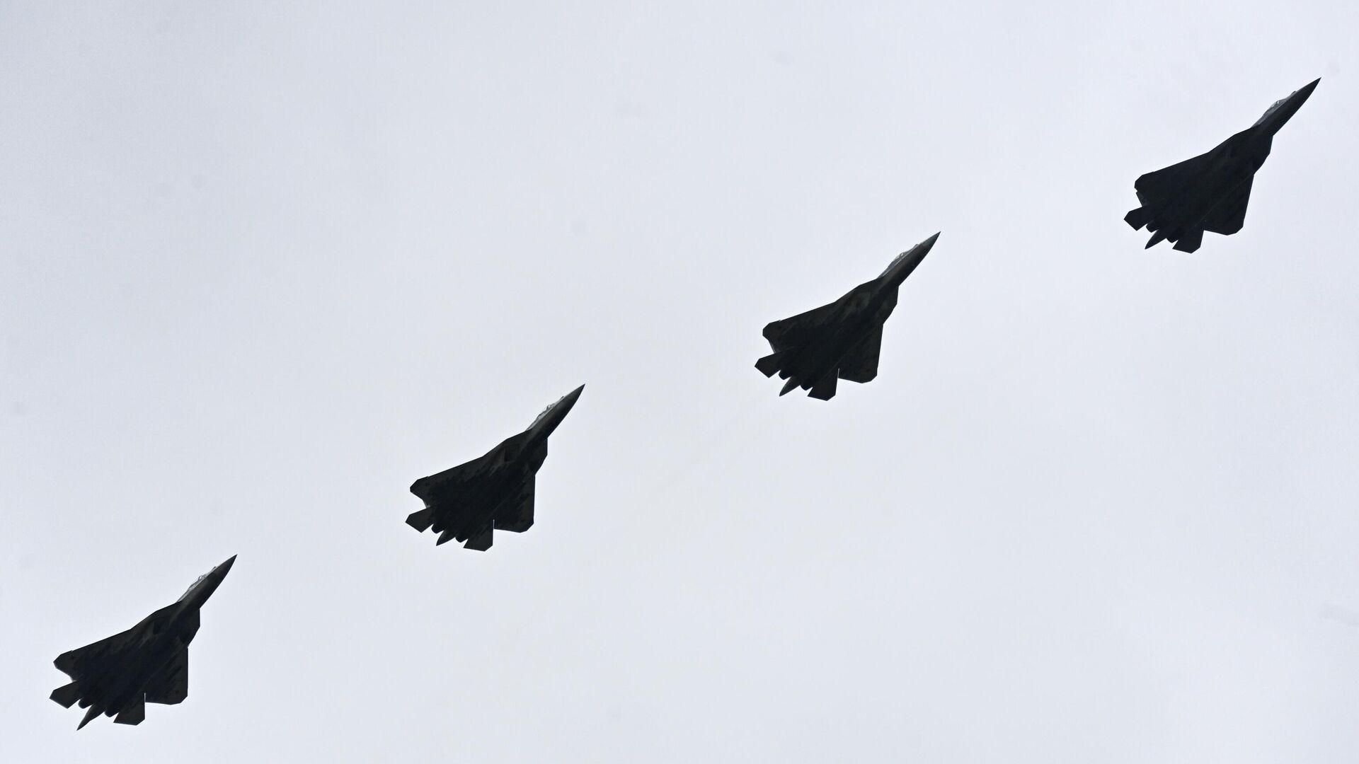 Многофункциональные истребители пятого поколения Су-57 во время воздушной части парада в честь 76-й годовщины Победы в Великой Отечественной войне в Москве - РИА Новости, 1920, 14.10.2021