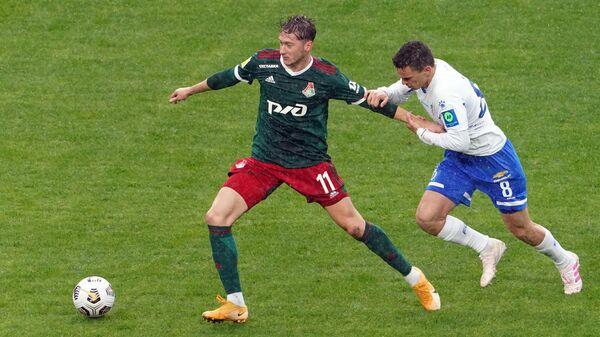 Игрок Локомотива Антон Миранчук (слева) и игрок Динамо Никола Моро
