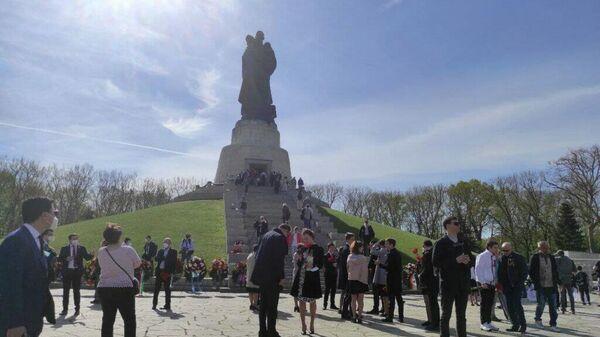 Памятная церемония возложения венков на советском воинском мемориале в Трептов-парке