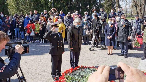 Российские дипломаты во главе с послом Александром Петровым 9 мая возложили венки и цветы к подножию памятника Воину-Освободителю в Таллине