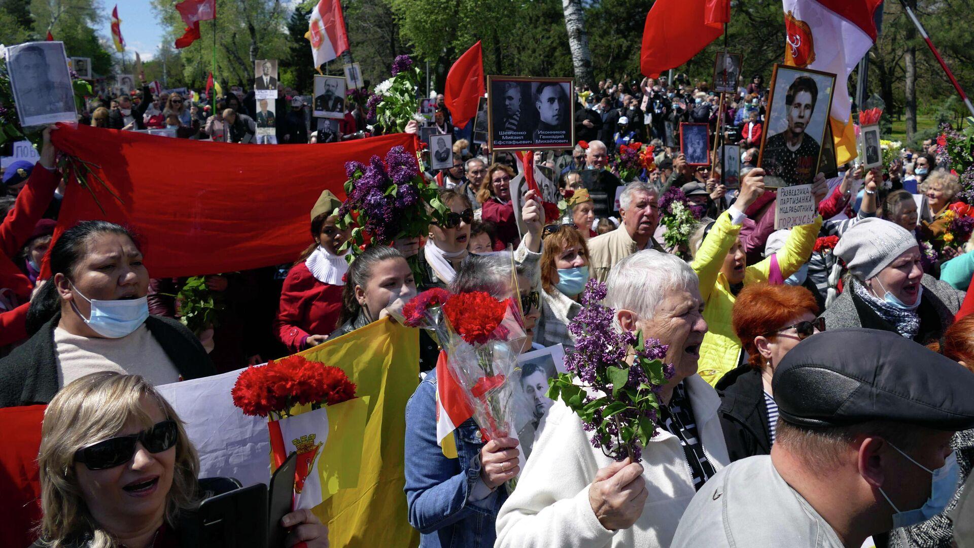Участники акции Бессмертный полк на аллее Славы в Одессе - РИА Новости, 1920, 12.05.2021