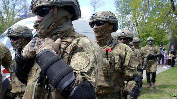 Сотрудники Национальной гвардии Украины во время акции Бессмертный полк на аллее Славы в Одессе