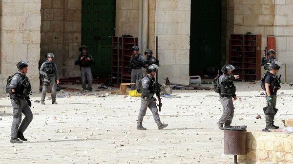 Сотрудники правоохранительных органов Израиля возле мечети Аль-Акса в Иерусалиме