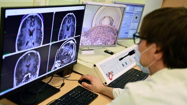 Медицинский работник наблюдает за показаниями пациента