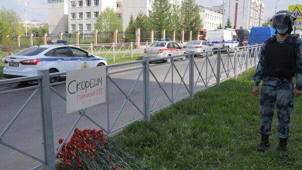 Цветы у школы в Казани, где произошла стрельба