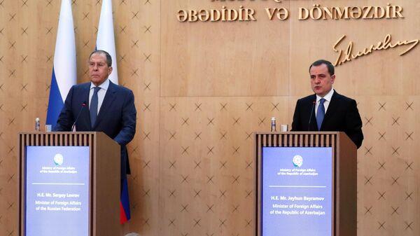 Министр иностранных дел РФ Сергей Лавров и глава МИД Азербайджана Джейхун Байрамов на пресс-конференции по итогам переговоров в Баку