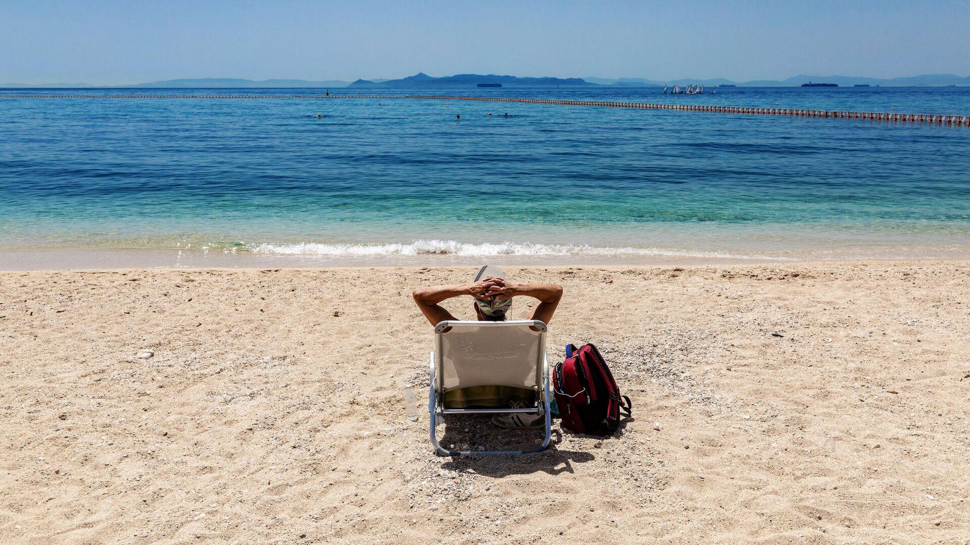 Отдыхающий на городском пляже Алимос в пригороде Афин - РИА Новости, 1920, 28.05.2021