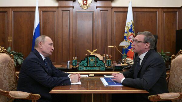 Президент РФ Владимир Путин и губернатор Омской области Александр Бурков во время встречи