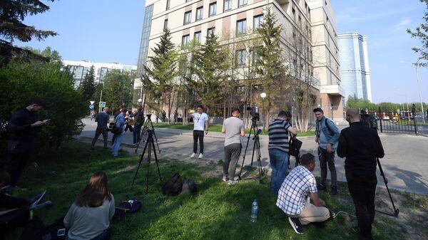 Журналисты у здания Советского районного суда Казани