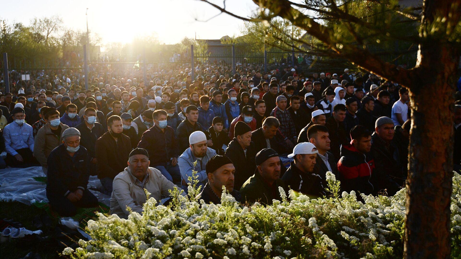Верующие возле мечети во время праздничной молитвы в честь Ураза-байрама в Екатеринбурге - РИА Новости, 1920, 13.05.2021