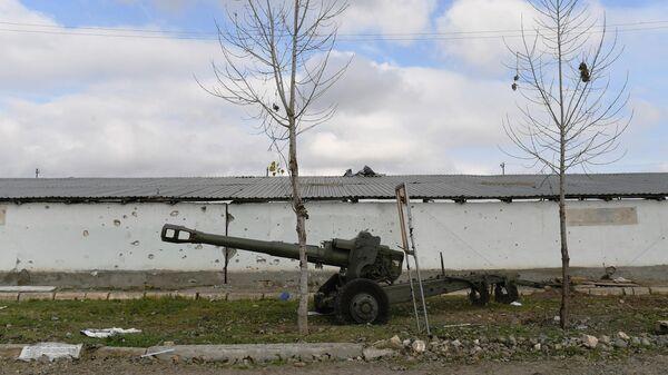 Разбитая армянская гаубица у дороги в Физули
