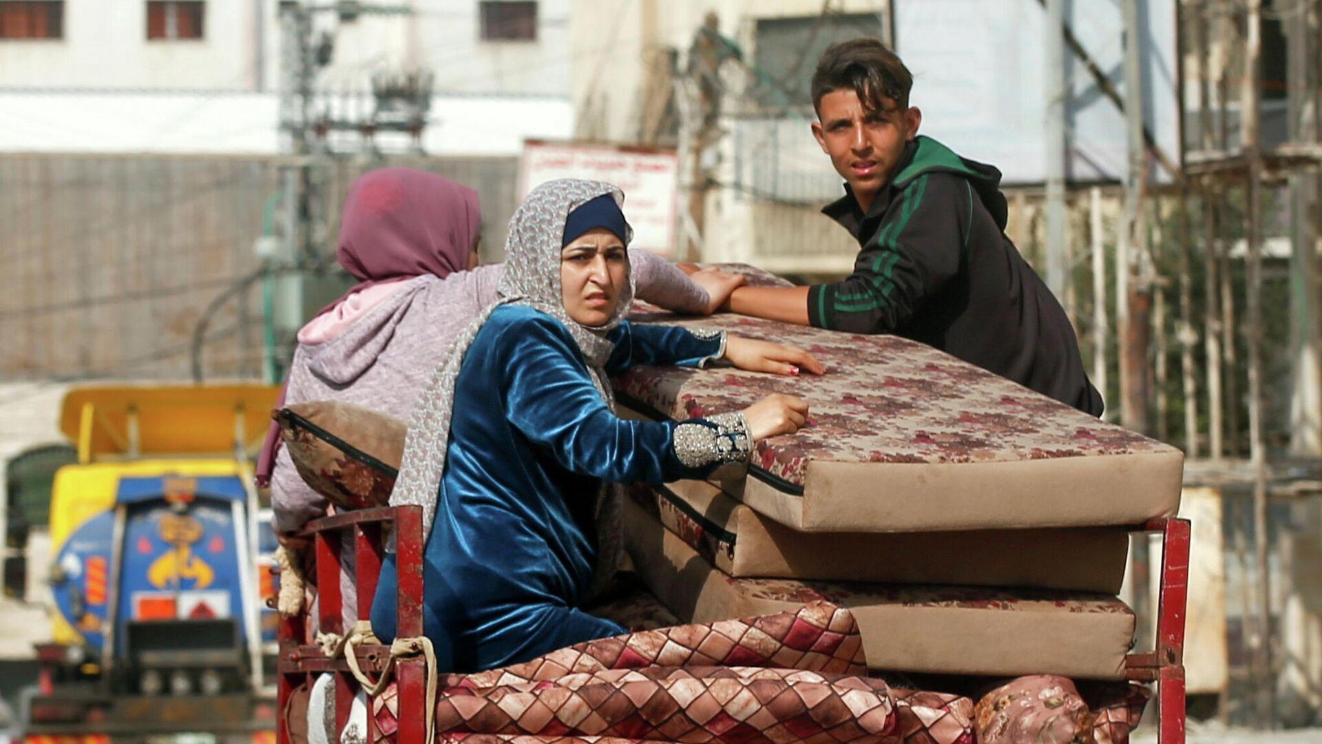 Палестинцы покидают свои дома во время израильских воздушных ударов - РИА Новости, 1920, 15.05.2021