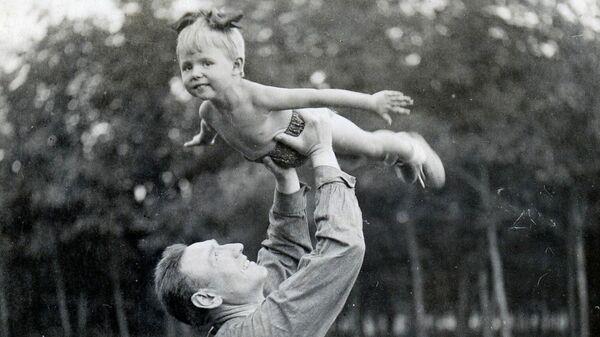На фото 1940 года Сергей Бирюзов с дочкой Ольгой на даче