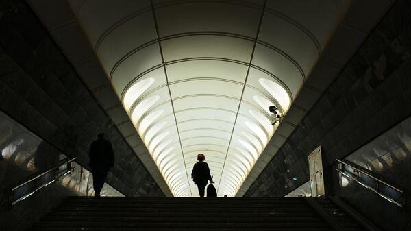 Пассажиры на станции Достоевская московского метрополитена