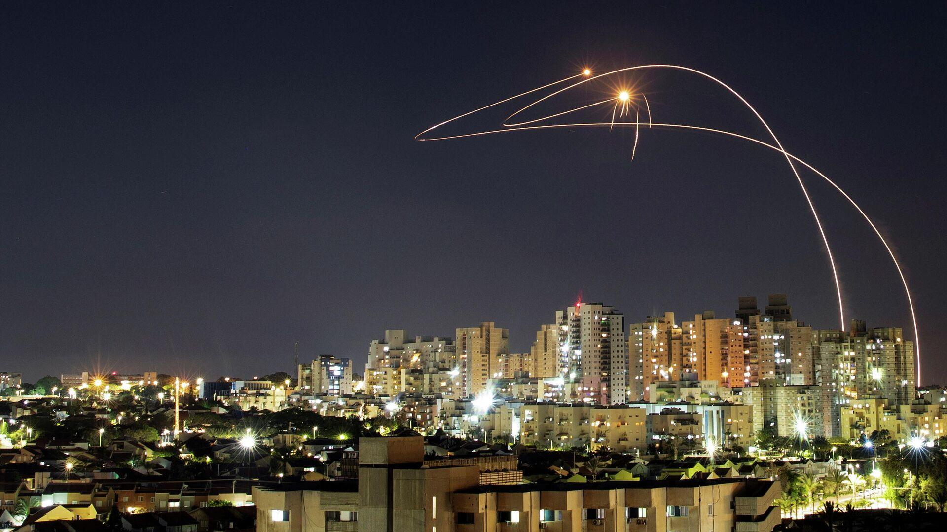 Противоракетная система Железный купол перехватывает ракеты, запущенные из сектора Газа, в небе над Ашкелоном - РИА Новости, 1920, 15.05.2021