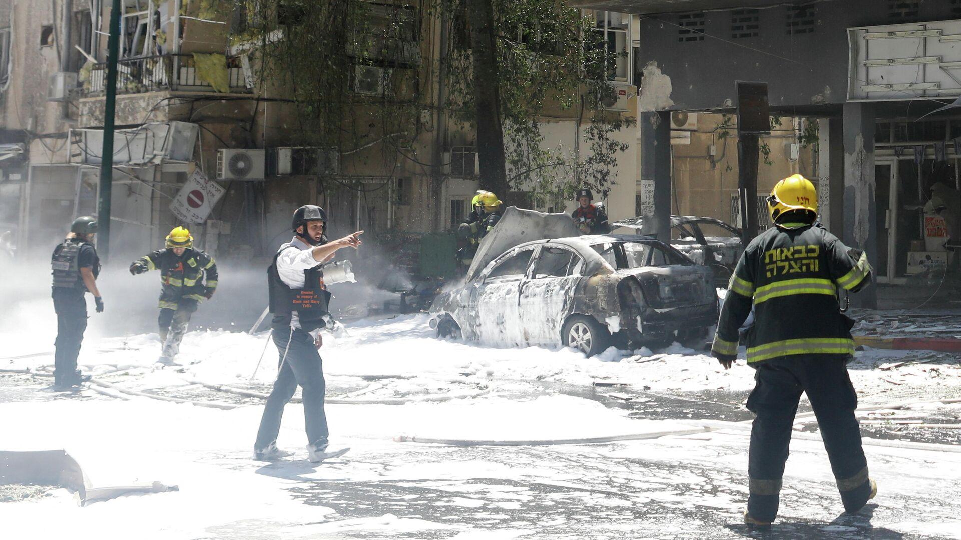 Пожарные ликвидируют последствия падения ракеты, выпущенной из Газы в пригороде Тель-Авива, Израиль - РИА Новости, 1920, 15.05.2021