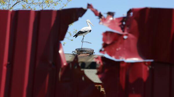 Забор дома, поврежденный разрывом снаряда в результате утреннего обстрела в Петровском районе Донецка
