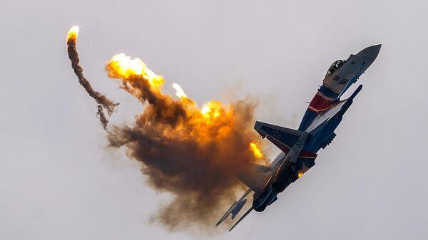 Истребитель Су-35С пилотажной группы ВКС Русские Витязи выполняет демонстрационные полет над аэродромом Кубинка