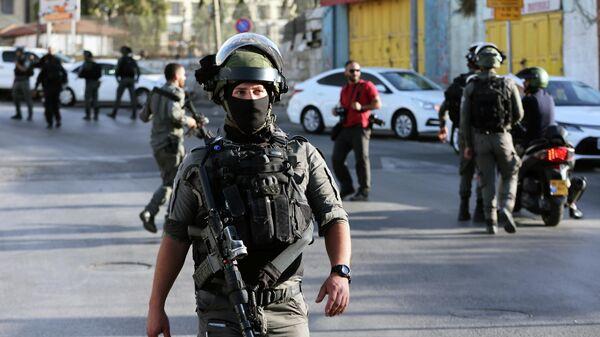 Израильские полицейские на месте происшествия у въезда в район Шейх Джаррах в Восточном Иерусалиме