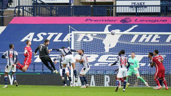 Алиссон забивает мяч в ворота Вест Бромвича
