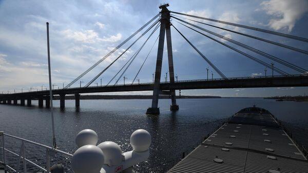 Октябрьский автомобильный вантовый мост через реку Шексну в Череповце