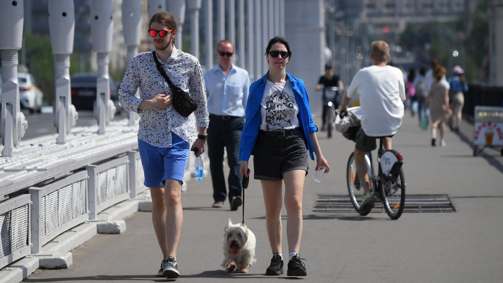 Молодые люди идут по Крымском мосту в Москве - РИА Новости, 1920, 04.07.2021