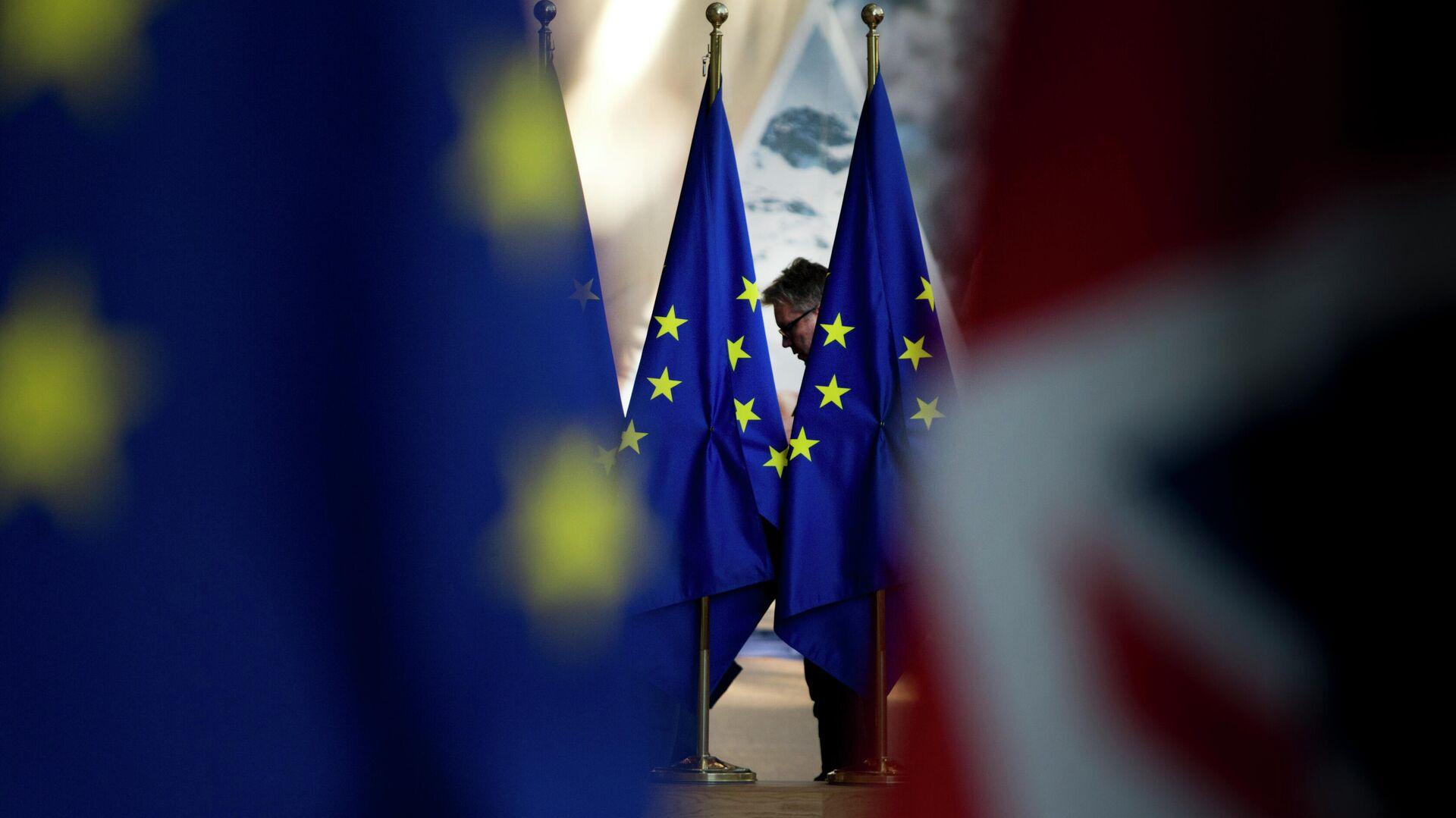 Флаги Евросоюза в здании Совета Европы в Брюсселе - РИА Новости, 1920, 25.06.2021