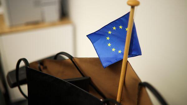Сумка с флажком ЕС в здании Европейского парламента в брюсселе