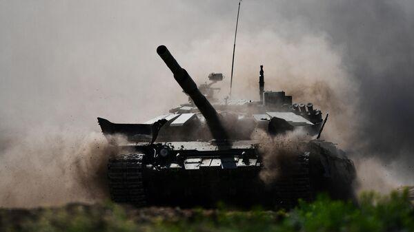 Танк Т-72Б3 во время прохождения этапа индивидуальной гонки с боевой стрельбой и преодолением маршрута с естественными и искусственными препятствиями в рамках всеармейского конкурса Танковый биатлон на Чебаркульском полигоне в Челябинской области