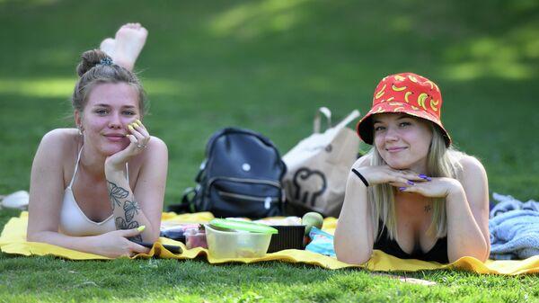 Девушки загорают в Центральном парке культуры и отдыха имени Горького в Казани в жаркую погоду