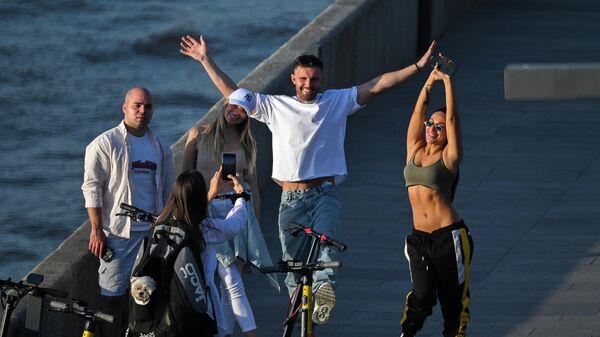 Отдыхающие на Крымской набережной в Москве в жаркую погоду