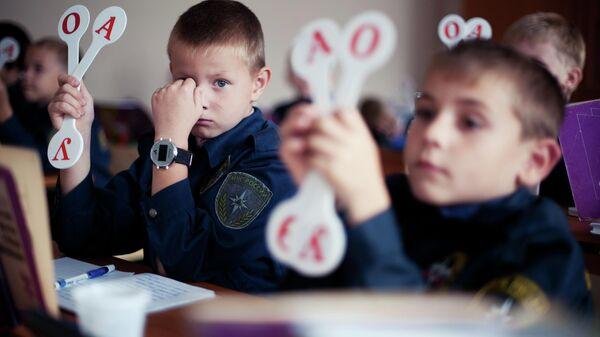 Учащийся 1 А кадетского класса под патронажем МЧС России во время урока в школе №226 в городе Заречном