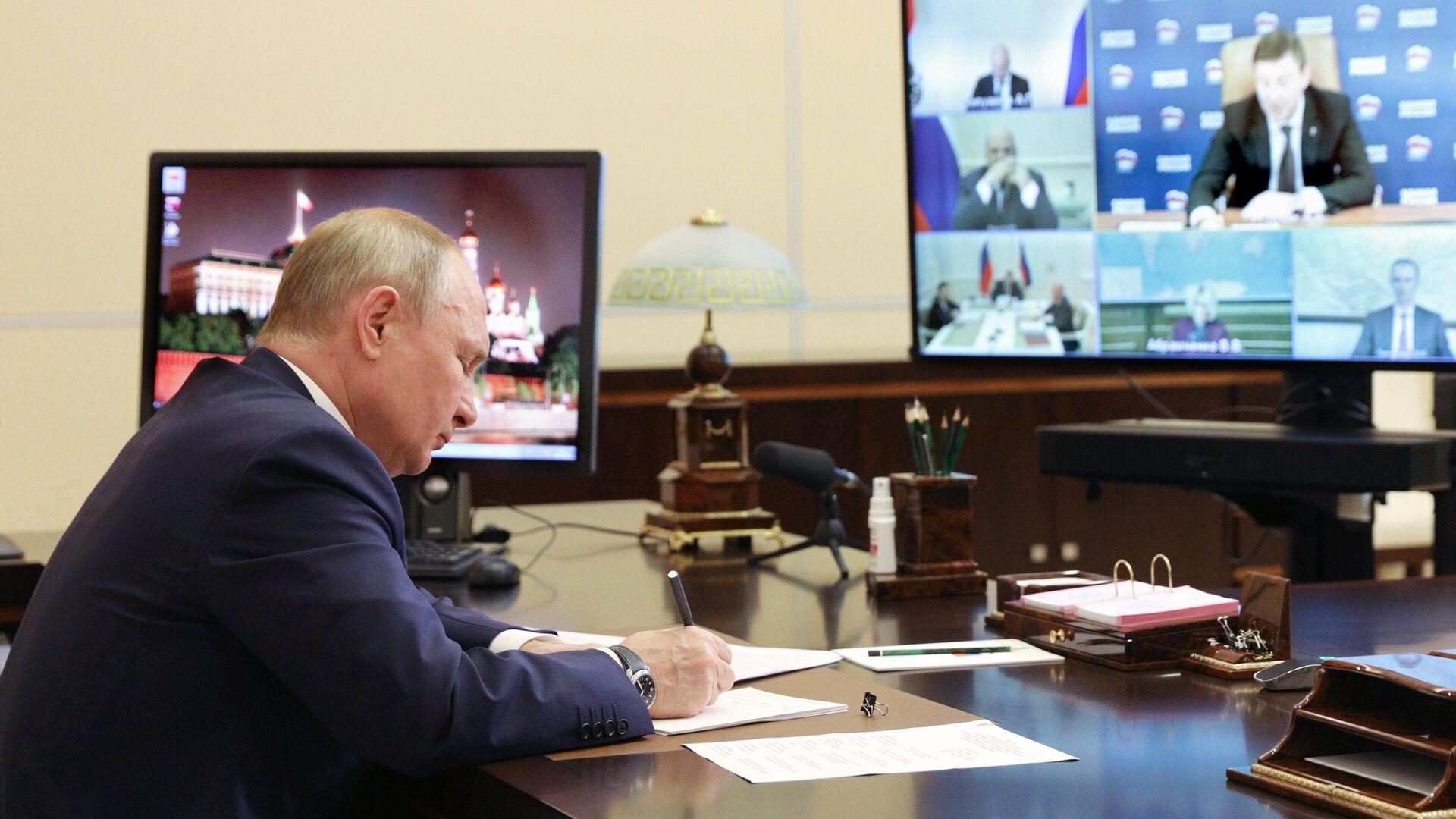 Президент РФ В. Путин провел совещание по реализации отдельных положений его послания Федеральному собранию - РИА Новости, 1920, 19.05.2021