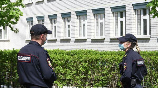 Сотрудники правоохранительных органов у здания школы