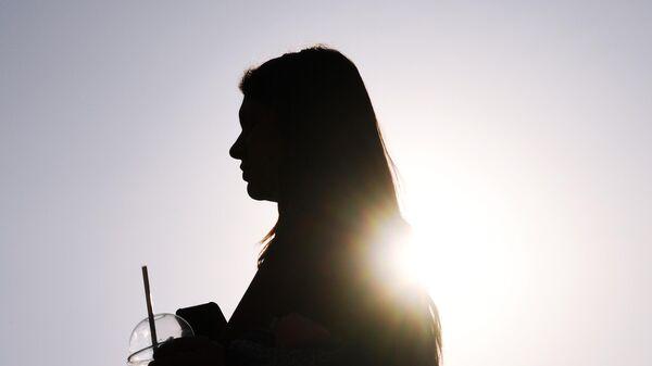 Девушка идет по одной из улиц в Москве
