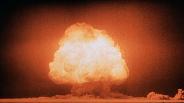 Грибовидное облако через несколько секунд после детонации первой атомной бомбы на полигоне Аламогордо. 16 июля 1945