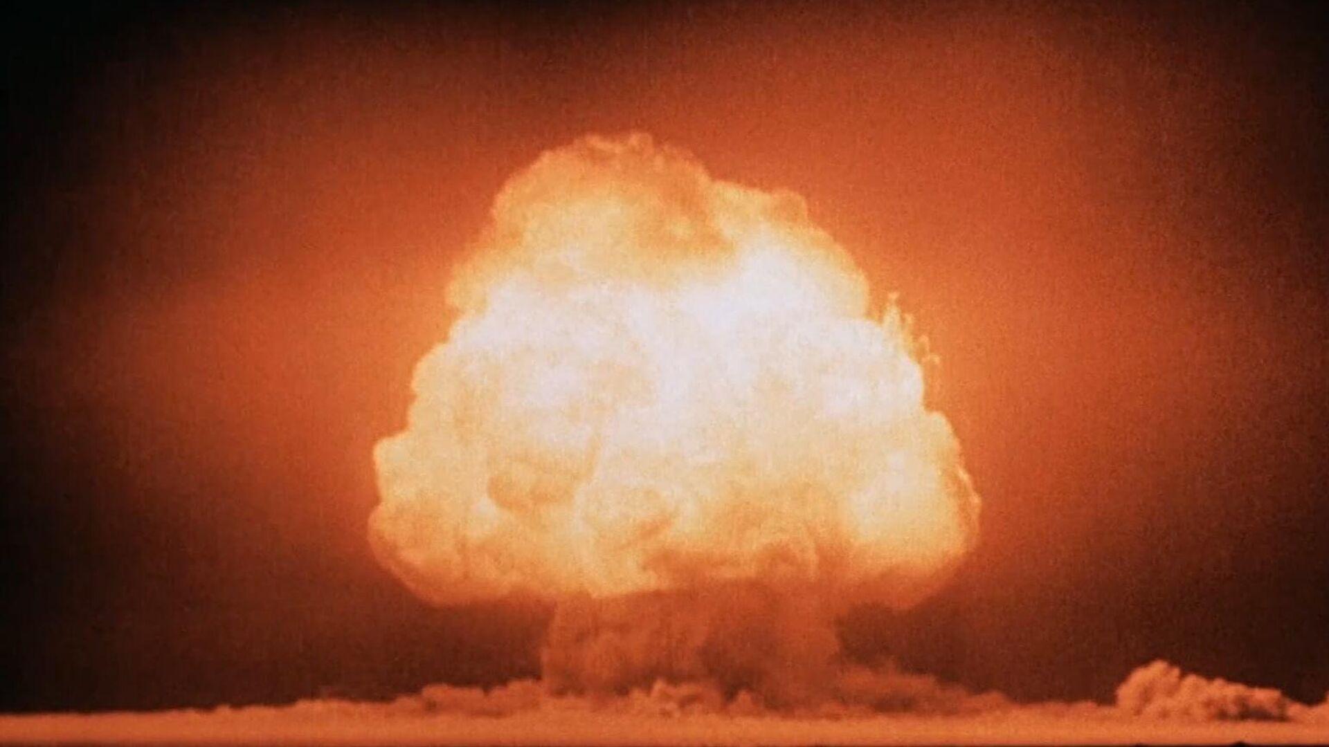 Грибовидное облако через несколько секунд после детонации первой атомной бомбы на полигоне Аламогордо. 16 июля 1945 - РИА Новости, 1920, 26.09.2021