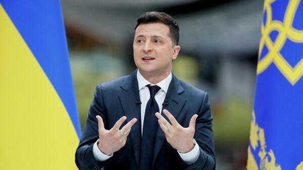 Президент Украины Владимир Зеленский во время пресс-конференции по итогам второго года своей работы на авиазаводе Антонов