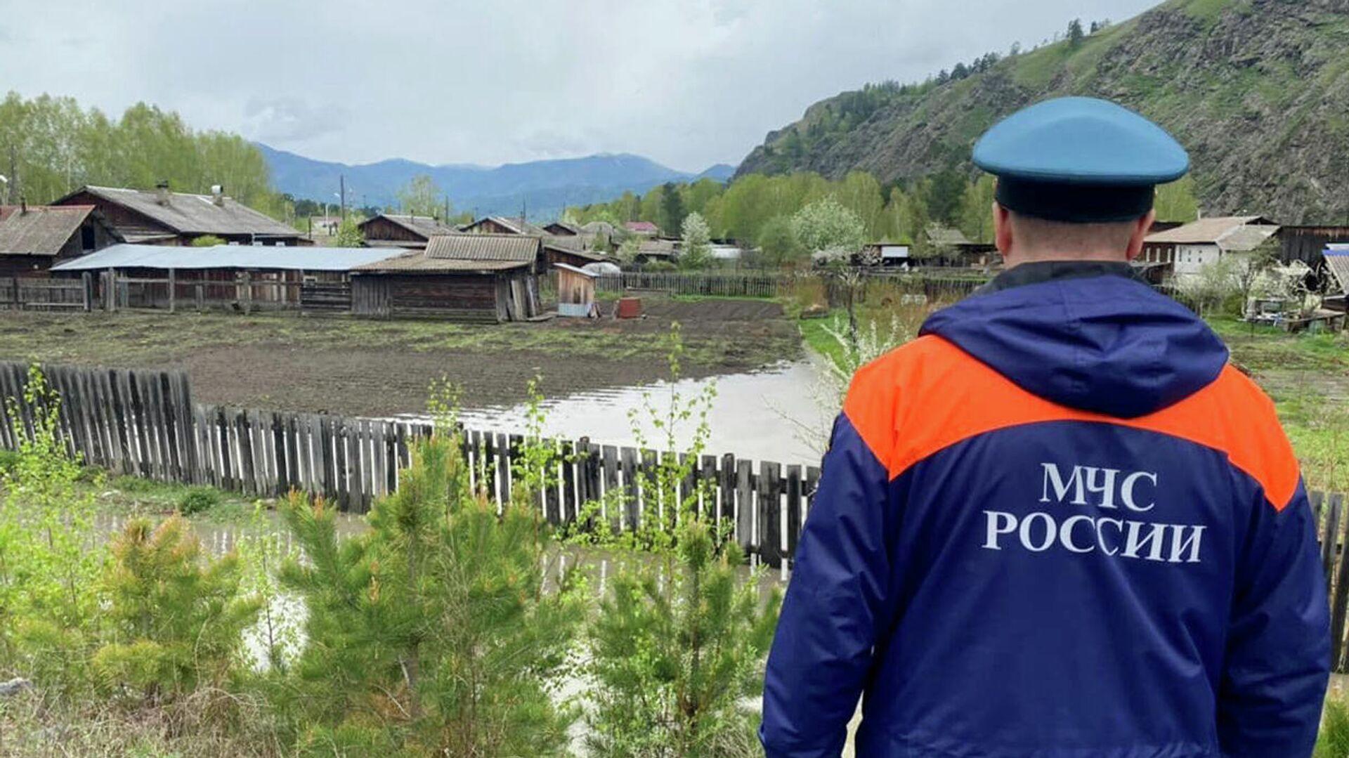 Сотрудник МЧС РФ осматривает затопленную территорию в Хакасии - РИА Новости, 1920, 21.05.2021