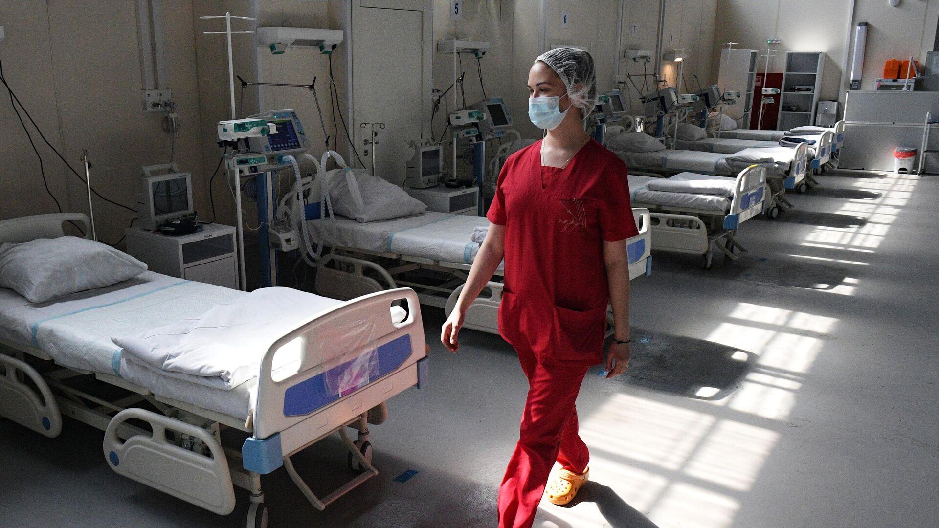 Медицинский работник в отделении реанимации и интенсивной терапии в госпитале Ленэкспо в Санкт-Петербурге - РИА Новости, 1920, 26.05.2021