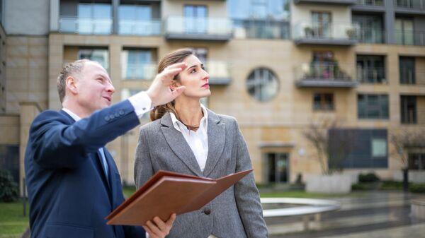 Агент по недвижимости показывает апартаменты